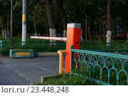 Купить «Шлагбаум на въезде во двор дома», фото № 23448248, снято 27 августа 2016 г. (c) Юрий Шурчков / Фотобанк Лори