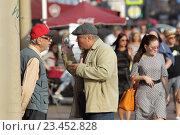 Купить «Санкт-Петербург, двое мужчин ведут активный и жестикулируют  разговор на Невском проспекте», эксклюзивное фото № 23452828, снято 21 августа 2016 г. (c) Дмитрий Неумоин / Фотобанк Лори