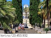 Купить «Туристы гуляют по вилле в дендропарке Сочи, Россия», фото № 23453932, снято 8 июня 2015 г. (c) Ирина Мойсеева / Фотобанк Лори