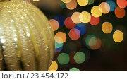 Купить «Большой золотой шар вращается на фоне Боке», видеоролик № 23454172, снято 18 ноября 2015 г. (c) Александр Багно / Фотобанк Лори