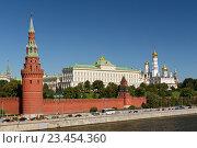 Вид на Московский кремль и Москву-реку, эксклюзивное фото № 23454360, снято 28 августа 2016 г. (c) Константин Косов / Фотобанк Лори