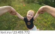 Купить «Отец кружит ребенка», видеоролик № 23455772, снято 3 августа 2016 г. (c) Илья Шаматура / Фотобанк Лори