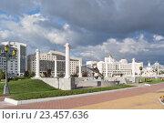 Купить «Фонтан Ника с колоннадой вокруг на фоне Государственного городского университета», фото № 23457636, снято 31 августа 2016 г. (c) Parmenov Pavel / Фотобанк Лори