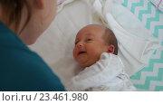 Грудной ребёнок лежит на кровати и смотрит на маму. Стоковое видео, видеограф Павел Котельников / Фотобанк Лори