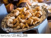 Купить «Confectionary display in modern cafe», фото № 23462288, снято 18 августа 2018 г. (c) Яков Филимонов / Фотобанк Лори