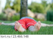 Стопы мужчины на зеленой траве. Стоковое фото, фотограф Наталья Чумакова / Фотобанк Лори