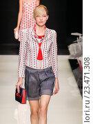 Купить «MILAN, ITALY - SEPTEMBER 28: A model walks the runway during the Giorgio Armani fashion show as part of Milan Fashion Week Spring/Summer 2016 on September 28, 2015 in Milan, Italy.», фото № 23471308, снято 28 сентября 2015 г. (c) Anton Oparin / Фотобанк Лори