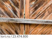 Фрагмент деревянных ворот, закрытых на засов. Стоковое фото, фотограф Константин Пекарь / Фотобанк Лори
