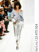 MILAN, ITALY - SEPTEMBER 25: A model walks the runway during the Tod's fashion show as part of Milan Fashion Week Spring/Summer 2016 on September 25, 2015 in Milan, Italy. Редакционное фото, фотограф Anton Oparin / Фотобанк Лори