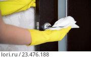 Купить «Домохозяйка протирает от пыли  ручку двери», видеоролик № 23476188, снято 18 апреля 2016 г. (c) Володина Ольга / Фотобанк Лори