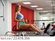 Девушка занимается на тренажере в спортзале. Стоковое фото, фотограф Гурьянов Андрей / Фотобанк Лори