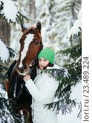 Купить «Красивая девушка и лошадь зимой», фото № 23489224, снято 19 декабря 2015 г. (c) Рустам Шигапов / Фотобанк Лори