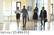 Купить «Четверо деловых людей общаются и идут в офисе», видеоролик № 23494012, снято 1 сентября 2016 г. (c) Виктор Аллин / Фотобанк Лори