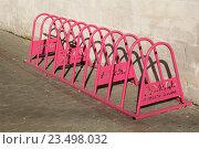 Купить «Уличная стойка для велосипедов ярко-розового цвета», эксклюзивное фото № 23498032, снято 6 октября 2013 г. (c) Щеголева Ольга / Фотобанк Лори