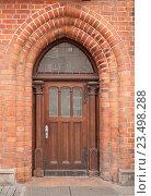 Купить «Красивая старинная входная дверь. Вход в дом с улицы», фото № 23498288, снято 8 августа 2015 г. (c) Наталья Николаева / Фотобанк Лори