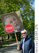 Warsaw, Poland, protester with poster of Jaroslaw Kaczinski (2016 год). Редакционное фото, агентство Caro Photoagency / Фотобанк Лори