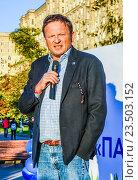 Купить «Кандидат в депутаты лидер «Партии роста» Борис Титов выступает на встрече с избирателями», эксклюзивное фото № 23503152, снято 18 августа 2016 г. (c) Виктор Тараканов / Фотобанк Лори