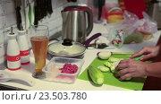 Нарезка очищенных кабачков на доске на кухне. Стоковое видео, видеограф Кекяляйнен Андрей / Фотобанк Лори