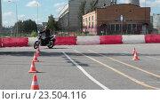 Купить «Девушка мотоциклист катается на автодроме мотошколы под присмотром инструктора», видеоролик № 23504116, снято 21 августа 2016 г. (c) Кекяляйнен Андрей / Фотобанк Лори