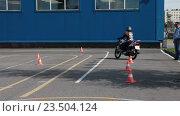 Купить «Девушка начинающий мотоциклист учится проезжать змейку на мотоцикле», видеоролик № 23504124, снято 21 августа 2016 г. (c) Кекяляйнен Андрей / Фотобанк Лори