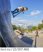 Купить «Скайт-парк - площадка для катания на роликах, самокатах, велосипедах в парке Горького», эксклюзивное фото № 23507460, снято 3 сентября 2016 г. (c) Виктор Тараканов / Фотобанк Лори