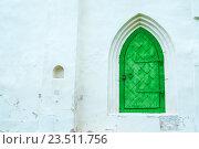Купить «Архитектурный фон - яркая зеленая кованая металлическая дверь на белой каменной стене здания», фото № 23511756, снято 19 августа 2016 г. (c) Зезелина Марина / Фотобанк Лори