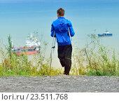 Купить «Одноногий молодой человек на костылях  стоит на  берегу моря и смотрит в даль», фото № 23511768, снято 10 сентября 2016 г. (c) Андрей Пашков / Фотобанк Лори