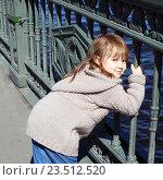 Рыжеволосая девочка на мосту. Стоковое фото, фотограф Гордюшина Олеся / Фотобанк Лори