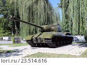 Купить «Советский тяжелый танк ИС-2 (Иосиф Сталин) в музее под открытым небом парка культуры и отдыха «Зеленый остров», Черкесск», эксклюзивное фото № 23514616, снято 7 сентября 2016 г. (c) Алексей Гусев / Фотобанк Лори
