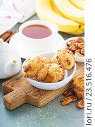 Купить «Банановые маффины и чашка чая», фото № 23516476, снято 9 августа 2016 г. (c) Елена Веселова / Фотобанк Лори