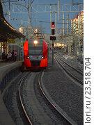 Купить «Поезд «Ласточка» подъезжает к пассажирским платформам станции «Измайлово» Московского центрального кольца (МЦК)», эксклюзивное фото № 23518704, снято 10 сентября 2016 г. (c) lana1501 / Фотобанк Лори