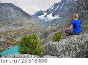 Купить «Молодая девушка медитирует на скале над озером Куйгук на Алтае», фото № 23518800, снято 9 апреля 2020 г. (c) Овчинникова Ирина / Фотобанк Лори