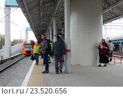 Купить «Поезд «Ласточка» подъезжает к пассажирской платформе станции «Шоссе Энтузиастов» Московского центрального кольца (МЦК)», эксклюзивное фото № 23520656, снято 13 сентября 2016 г. (c) lana1501 / Фотобанк Лори