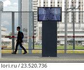 Купить «Мультимедийная платформа просмотра информации с камер с режиме реального времени на пассажирской платформе станции «Измайлово» Московского центрального кольца (МЦК)», эксклюзивное фото № 23520736, снято 13 сентября 2016 г. (c) lana1501 / Фотобанк Лори