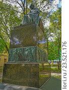 Памятник Гоголю в Москве во дворе дома-музея на Никитском бульваре, эксклюзивное фото № 23521176, снято 31 августа 2016 г. (c) Виктор Тараканов / Фотобанк Лори