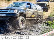 Брызги грязи из под колес внедорожника (2016 год). Редакционное фото, фотограф Бронислав Богачевский / Фотобанк Лори