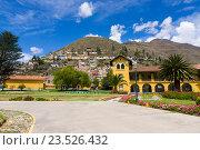 Купить «Красивый отель и дома на склоне холма (Тарма, Перу)», фото № 23526432, снято 12 апреля 2016 г. (c) Михаил Кочиев / Фотобанк Лори