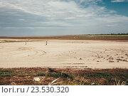Люди, идущие к пляжу по дну моря во время отлива. Стоковое фото, фотограф Надежда Тинякова / Фотобанк Лори