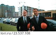 Два архитектора показывают большие пальцы вверх. Стоковое видео, видеограф Алексей Собченко / Фотобанк Лори