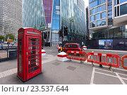 Купить «Старинная телефонная будка на фоне строящегося здания Nova Victoria. Вестминстер, Лондон, Великобритания.», фото № 23537644, снято 1 сентября 2016 г. (c) Bala-Kate / Фотобанк Лори