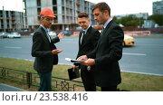 Недовольные клиенты общаются с архитектором. Стоковое видео, видеограф Алексей Собченко / Фотобанк Лори