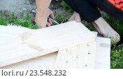 Купить «Плотник строит деревянные ворота», видеоролик № 23548232, снято 23 июня 2016 г. (c) Володина Ольга / Фотобанк Лори