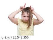 Купить «Девушка подросток показывает корову», фото № 23548356, снято 5 апреля 2016 г. (c) Olesya Tseytlin / Фотобанк Лори