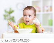 Купить «happy baby kid eating food itself with spoon», фото № 23549256, снято 26 мая 2015 г. (c) Оксана Кузьмина / Фотобанк Лори