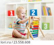 Купить «kid boy playing with abacus», фото № 23558608, снято 3 декабря 2014 г. (c) Оксана Кузьмина / Фотобанк Лори