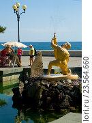 """Алуштинский фонтан """"Мальчик с рыбой"""" на набережной (2016 год). Редакционное фото, фотограф Наталья Саратова / Фотобанк Лори"""