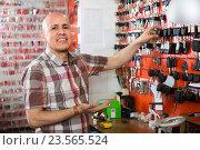 Купить «Worker with car keys in locksmith», фото № 23565524, снято 17 июля 2018 г. (c) Яков Филимонов / Фотобанк Лори