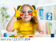 Купить «cute child have fun painting her hands», фото № 23571804, снято 28 января 2015 г. (c) Оксана Кузьмина / Фотобанк Лори