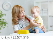 Купить «Doctor holding inhaler mask for kid breathing», фото № 23574516, снято 3 марта 2015 г. (c) Оксана Кузьмина / Фотобанк Лори