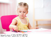 Купить «child painting in nursery at home», фото № 23577872, снято 5 июля 2015 г. (c) Оксана Кузьмина / Фотобанк Лори